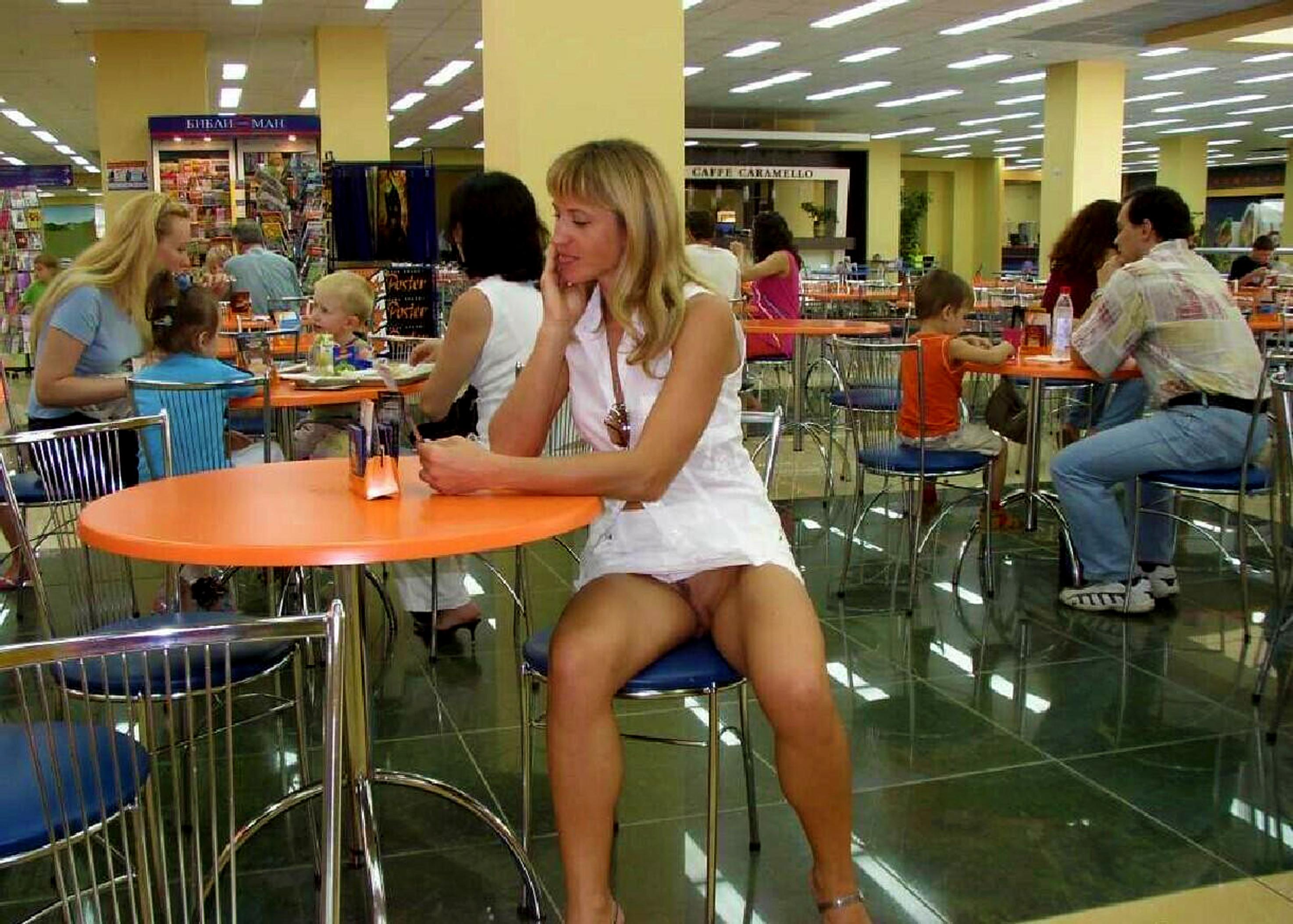 Трусики под юбкой в кафе 6 фотография