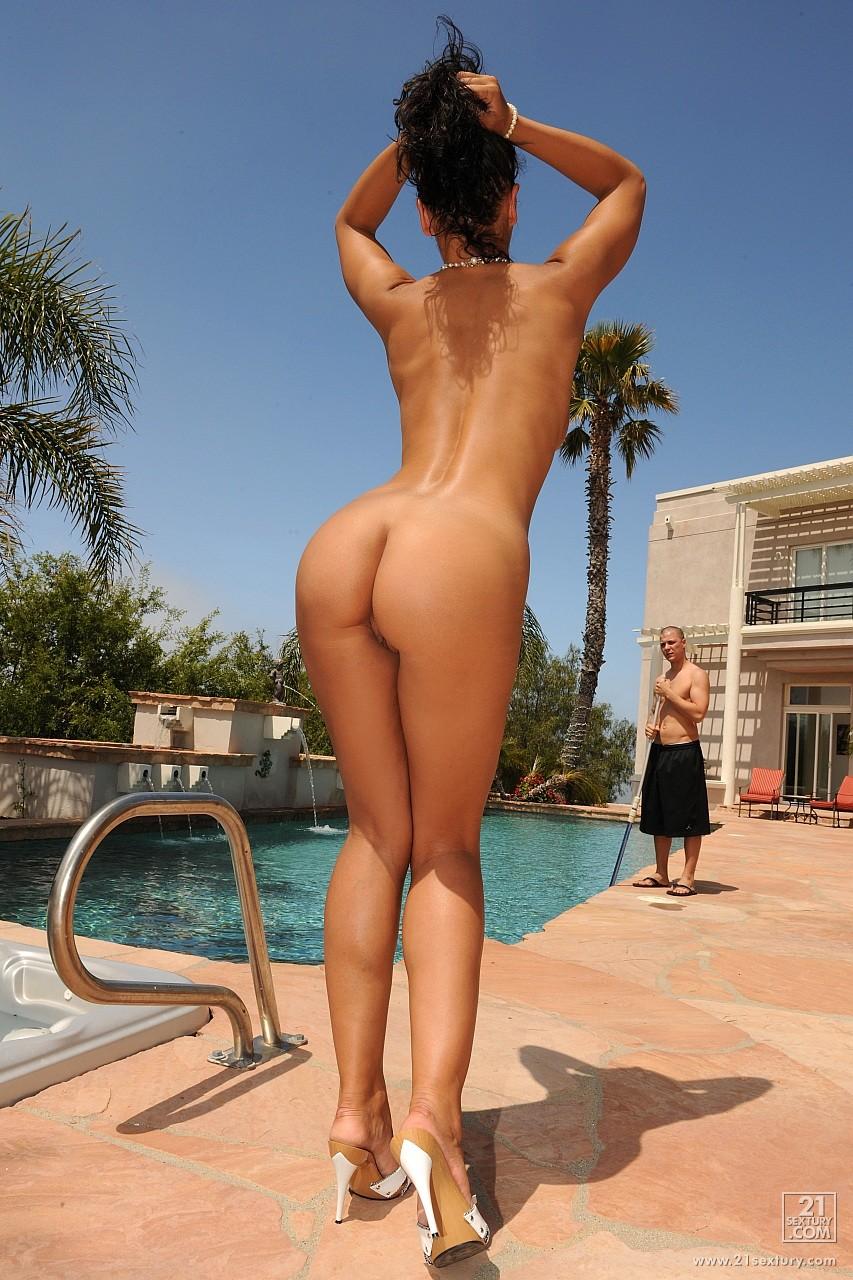 Чистильщик бассейна трахнул молодую хозяйку 27 фотография