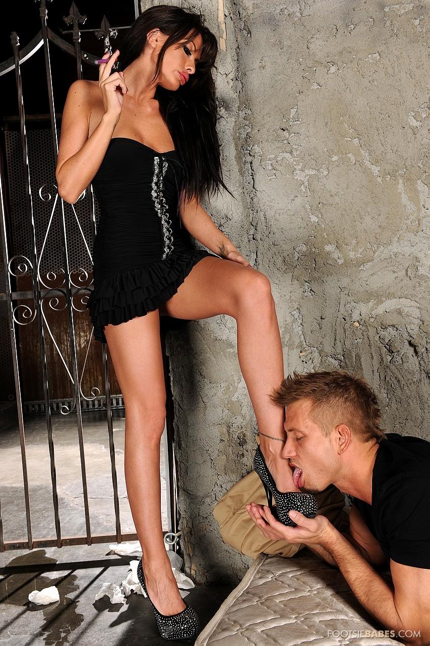 Парень целует ноги девушке порно
