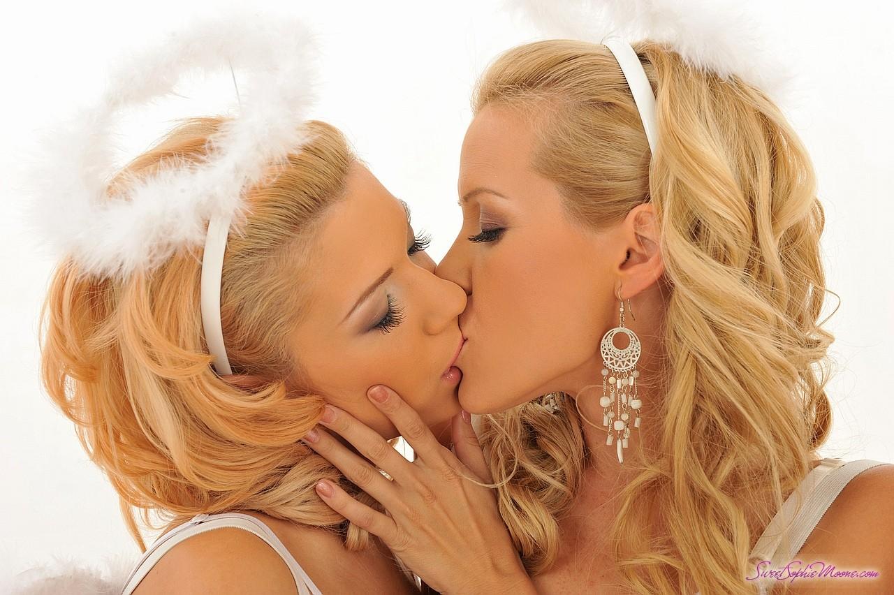 Страстные поцелуи лисбиянок 18 фотография