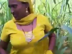 indian flashes her twat in the field – هات مبتنقطعش فى واحد من اجمل افلام سكس هندي