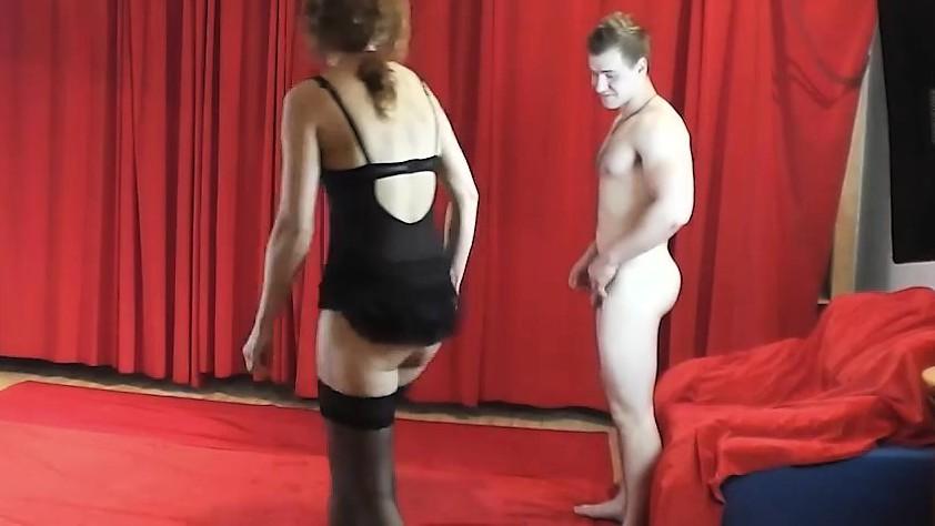 Зрела актриса танцует на коленях начинающего актера