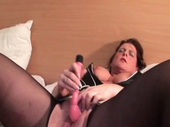 mature-in-black-pantyhose-vibing-her-clit