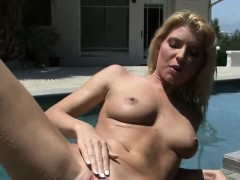 babe-plays-by-the-pool-side