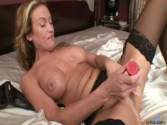 jolie-dildo-masturbation