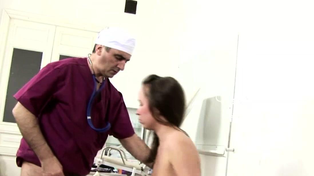 Молодая девушка трахается с доктором