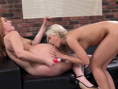 lesbian-pumps-friends-anal-so-she-squirts-it