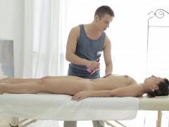massage-babe-emma-piquet-sucking-masseur
