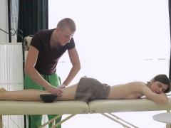 Обычный массаж стройной брюнетки неожиданно обернулся для неё горячим анальным сексом