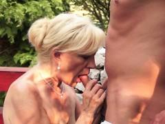 Зрелая 60-летняя женщина совратила молодого соседа по даче