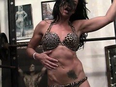 sexy-muscle-cougar-rubs-her-pussy-in-the-gym