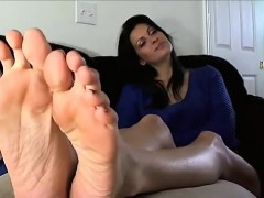 sexy mature lady exhibits bottoms and the toes