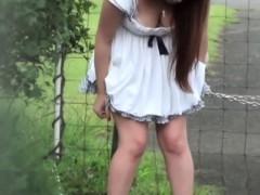 japanese-hottie-urinating