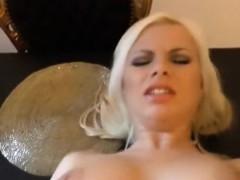 kurvige-blondine-im-wohnzimmer-genagelt