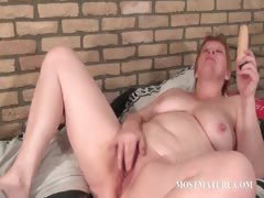 cougar-vibrating-her-lusty-snatch