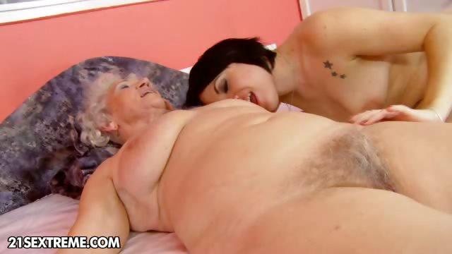 Порно бабуля заставила лизать 23389 фотография