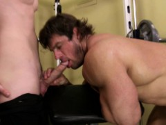 beefy-athlete-is-getting-cocksucked