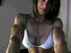 bodybuilder-flexing-on-a-cam-show