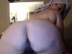 fat-chick-showering-live