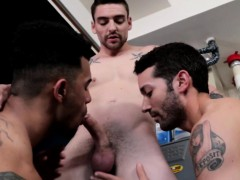 Spitroasted Hunk Blows His Load In Threeway