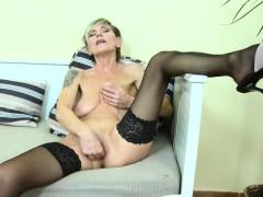 europemature-sexy-granny-ivana-solo-fingering