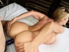 Stiefdochter heeft sex met haar moeder