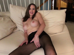 USA Milf Lilly James Strips Off And Plays
