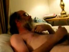 Daddy bear shooting cum on his beard