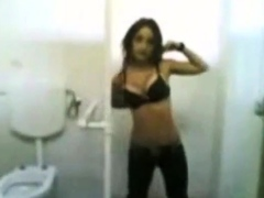 Strip al cesso della scuola di ragazza italiana