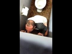 Gloryhole auf der Toilette