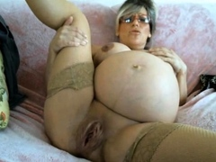 pregnant-mom-huge-pussy-in-labor