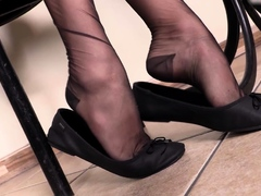 Schoolgil in pantyhose shows her feet